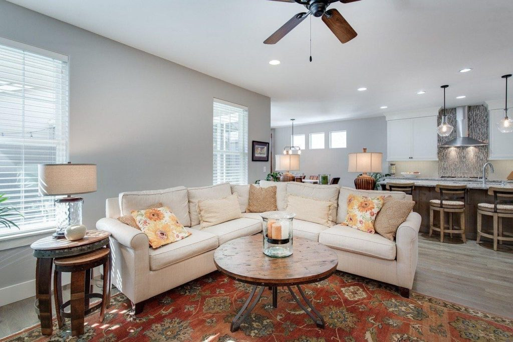 A white and brown living room decorated with table lamps